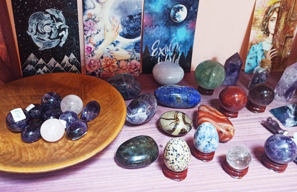 Магические камни, кристаллы, пирамидки, шары